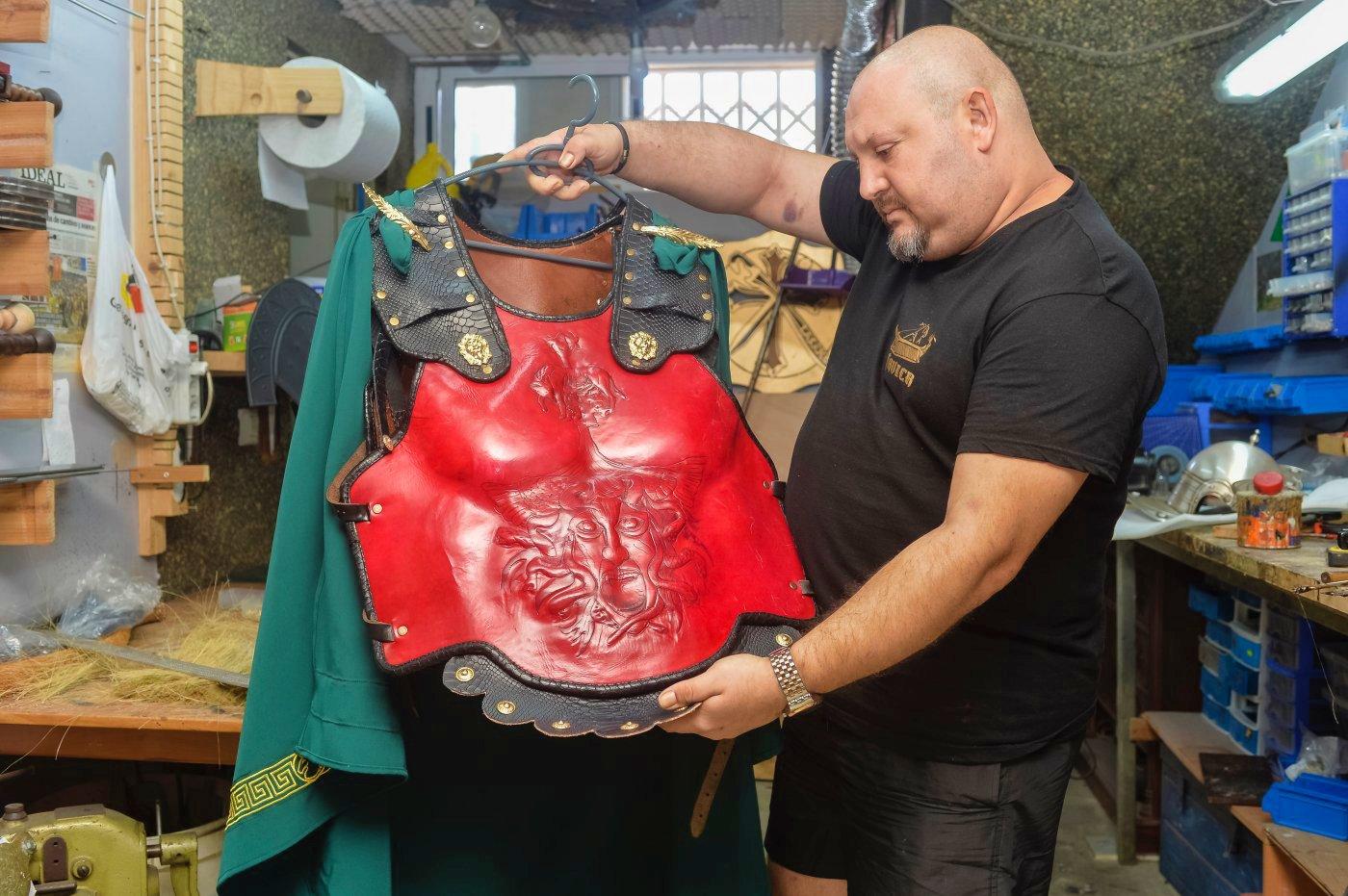 Carthagineses y romanos: taller de Javi en Los Nietos (Javi con su coraza)