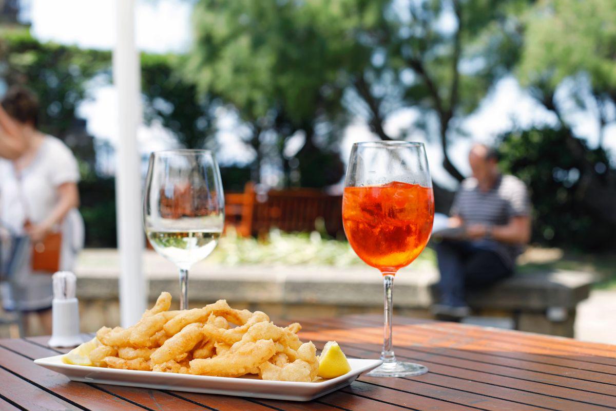 Un aperitivo en la terraza del hotel Embarcadero, en Getxo, Vizcaya.
