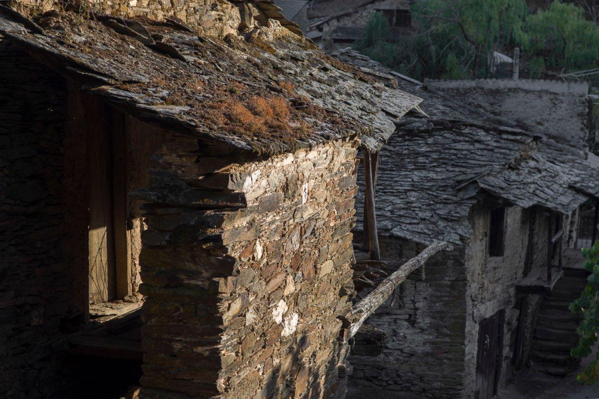 Casas tradicionales en Riohonor de Castilla, la parte española. Foto: Manuel Ruiz Toribio