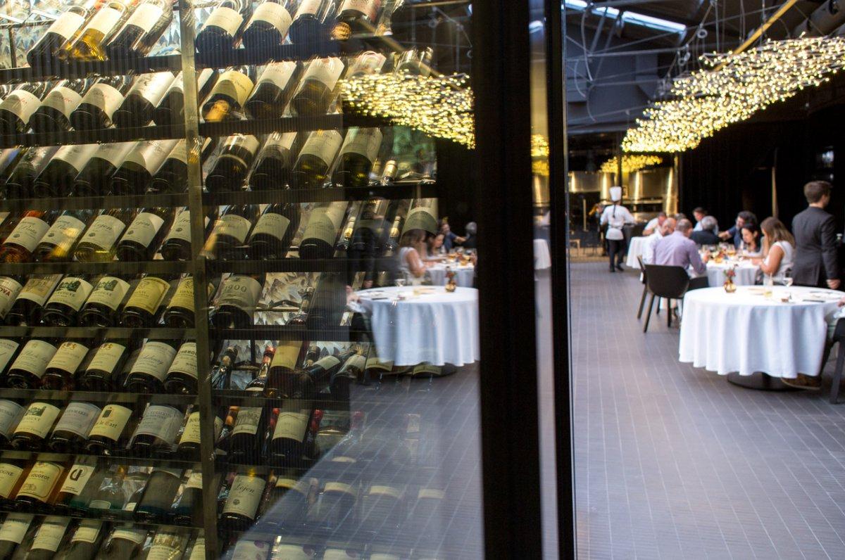 La bodega del restaurante se integra en un cubículo de cristal que separa la zona de bar de las cocinas.
