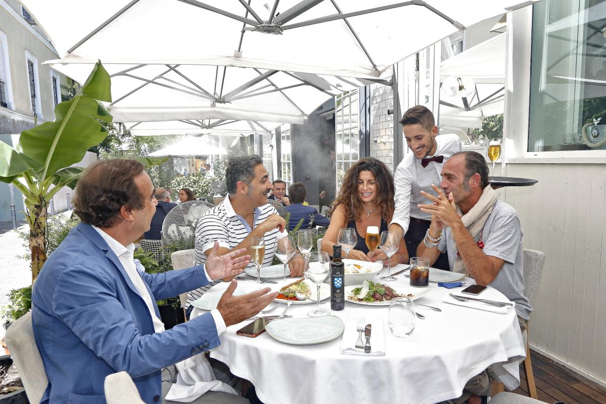La terraza del local es perfecta para un almuerzo entre amigos.
