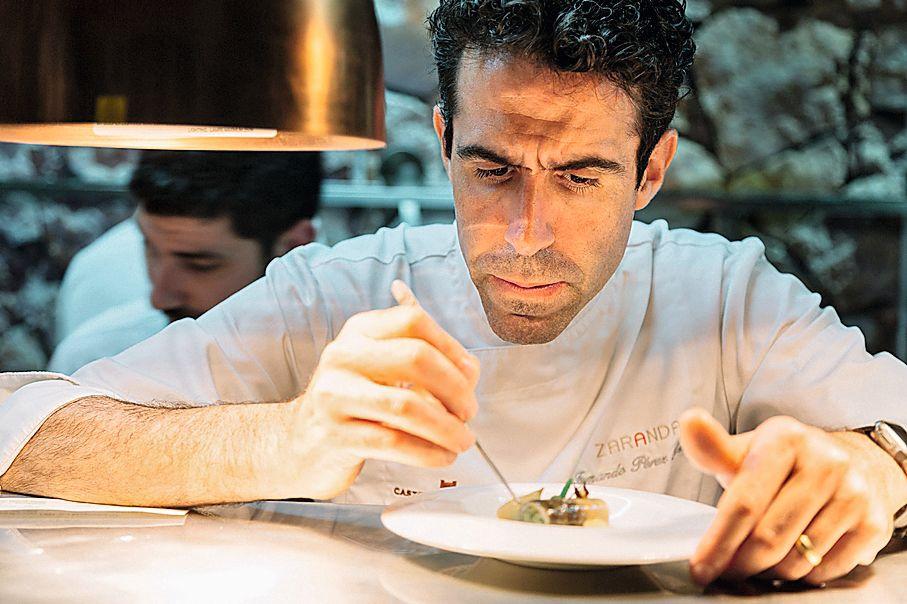 En su cocina de 'Zaranda', el chef monta platos imaginativos y llenos de sabor local.