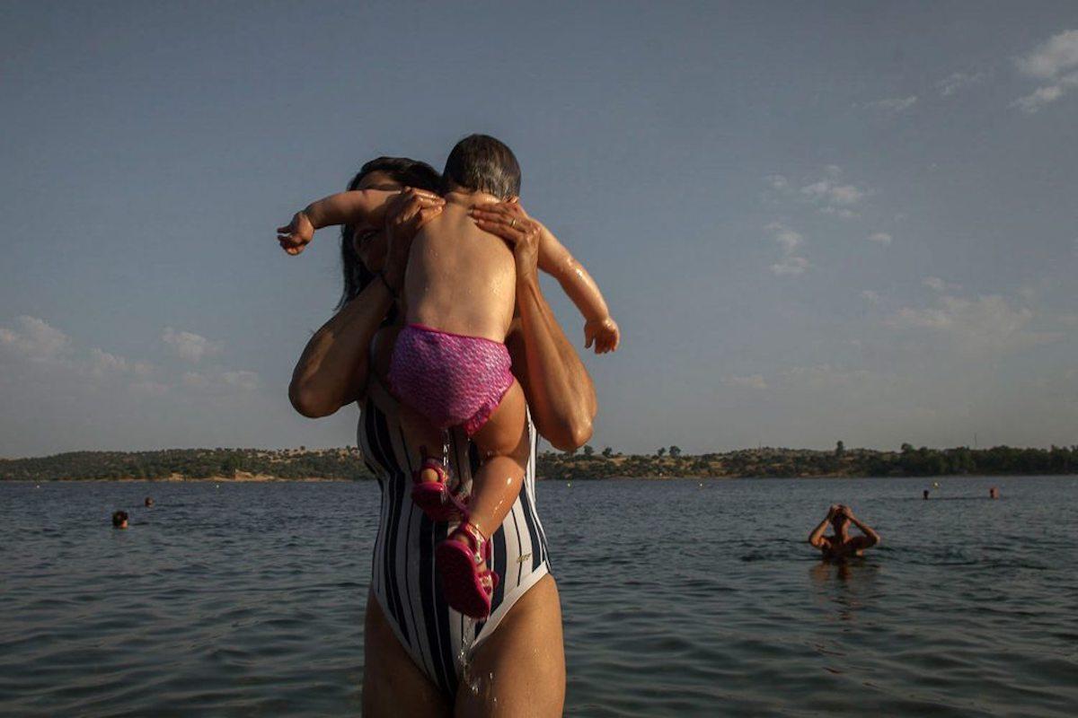 Los más pequeños aprenden a amar el agua entre los brazos de los más experimentados. Foto: Manuel Ruiz.