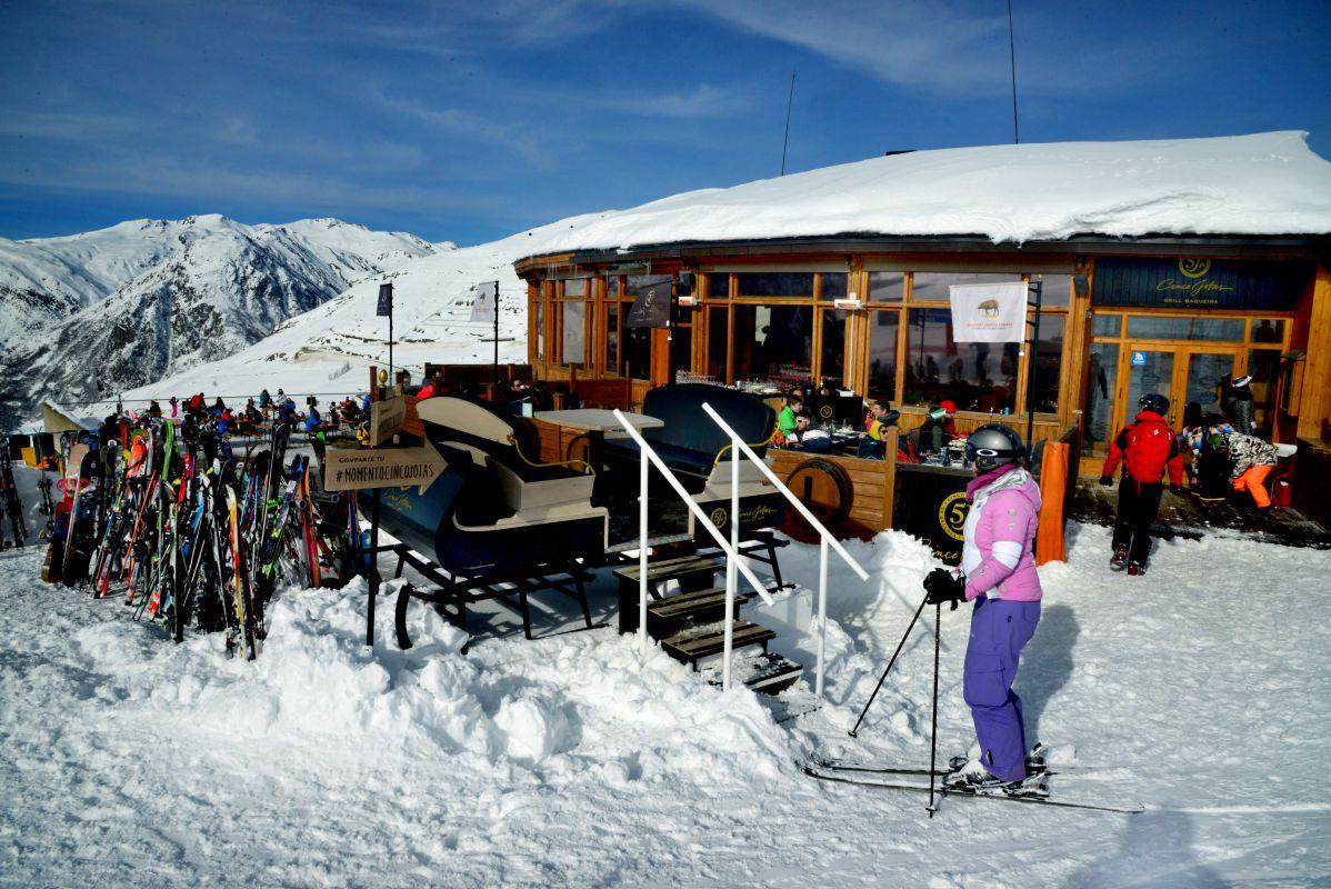Aparcados los esquís, ahora toca tomar un piscolabis y, si es con jamón de Jabugo, mejor. Foto: Alfredo Merino.