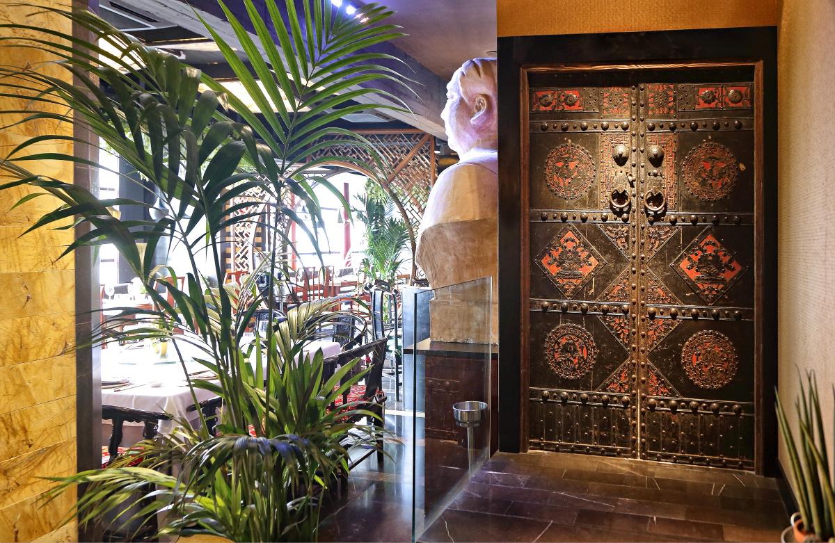 Una de las impresionantes puertas talladas de los baños.