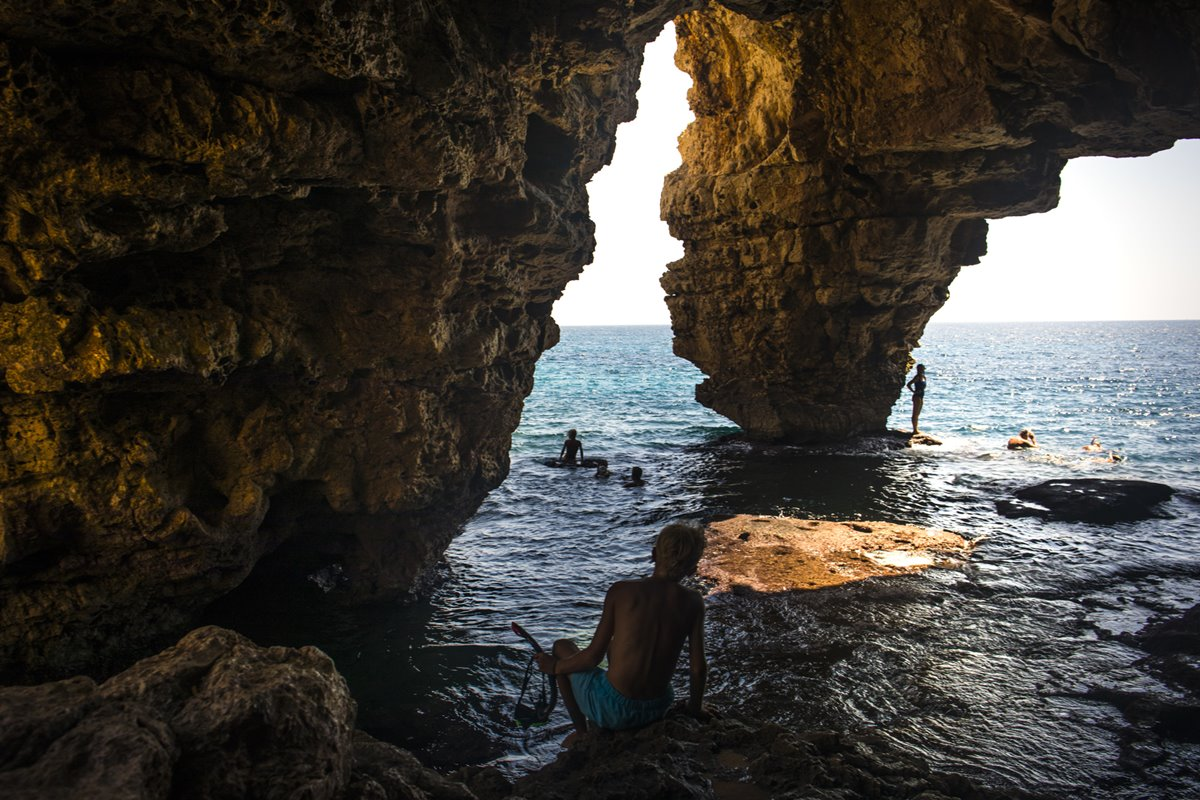 La Cueva Els Arcs en la Playa Moraig de Benitatxell, para amantes de la espeleología.