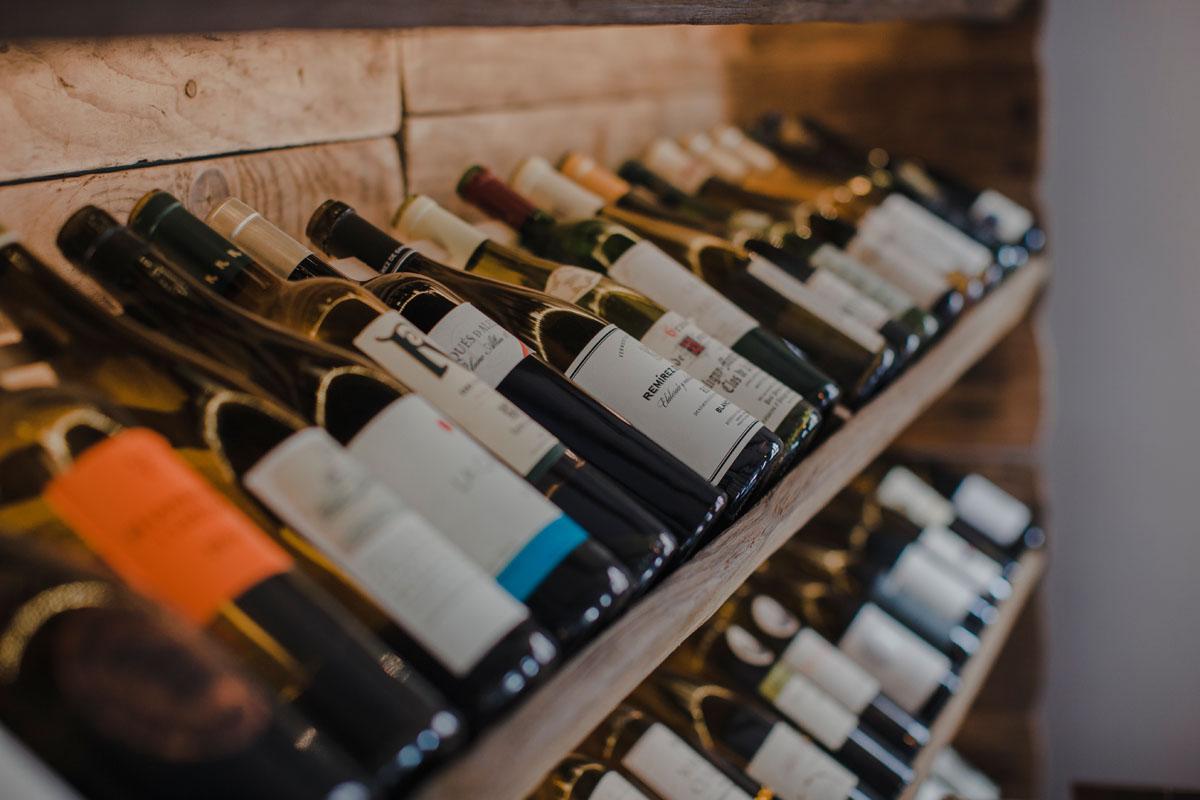 En la bodega, mucho vino canario.