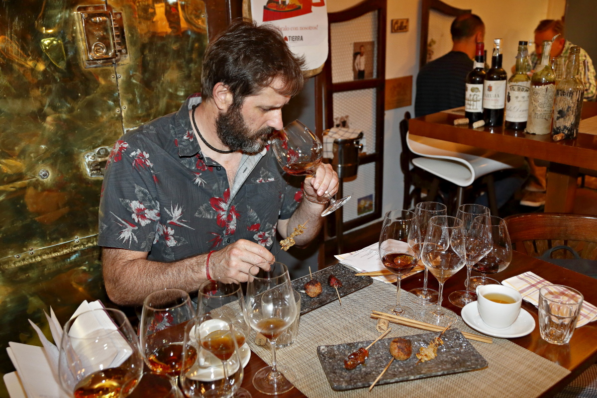 Un cliente disfruta del maridaje de cocina japonesa y vinos de Jerez en el restaturante Matritum, en Madrid.