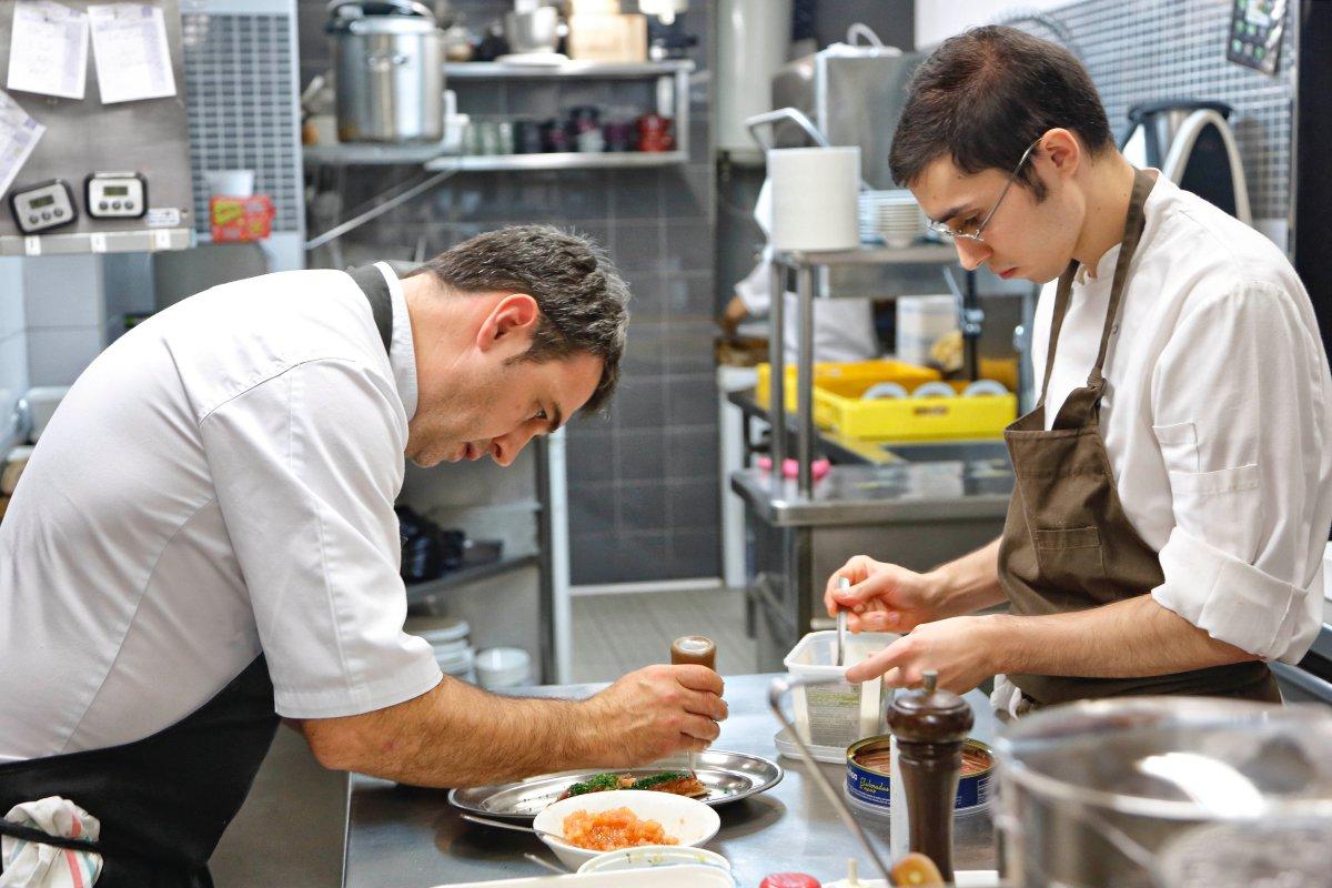 Unai, en la cocina de su restaurante.