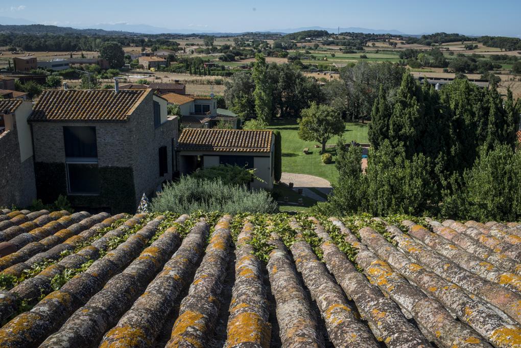 Vista del campo y los tejados del pequeño pueblo medieval desde la masía.