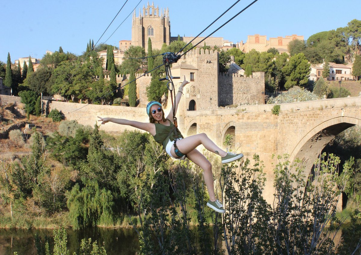 Fly Toledo, la única tirolina urbana de España, te ofrece la posibilidad de sobrevolar el Puente de Alcántara. Foto: Fly Toledo.