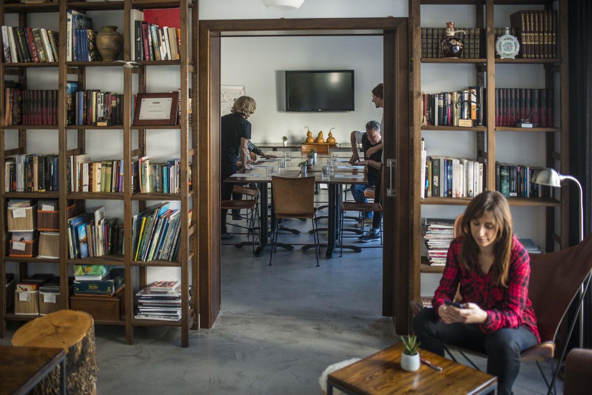 Una estantería llena de recuerdos y una sala de reuniones de lo más práctica.