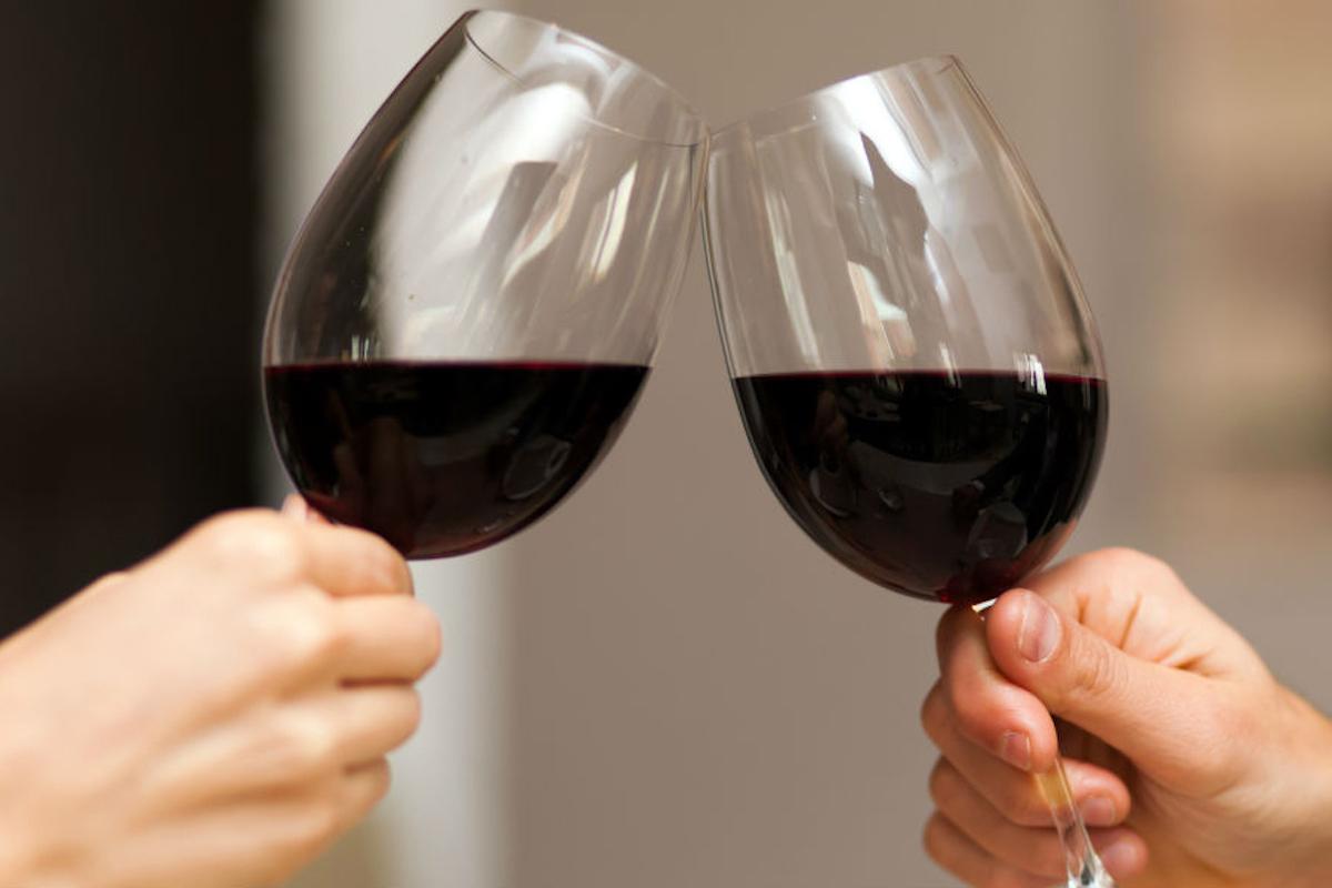 Brindis de vino.