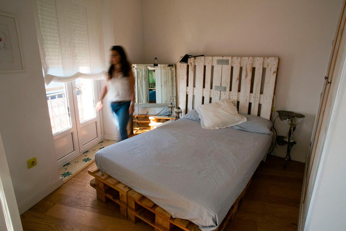 El ático del Puerto: En uno de los dos dormitorios la cama está sobre palets. Foto: Juan Carlos Toro