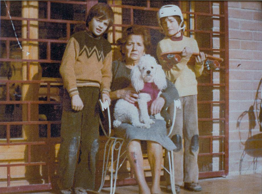 Los gemelos junto a su abuela Catalina en una de las fotos que decoran el salón privado.
