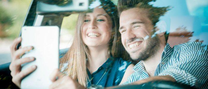 La imprudencia de tomarse una foto mientras se conduce provoca graves accidentes.