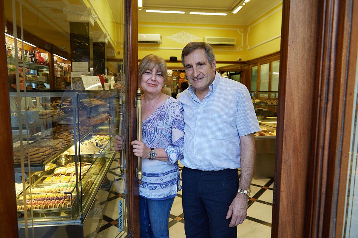 Los propietarios de la pastelería: Lourdes Nieto y Josep Maria Roig.