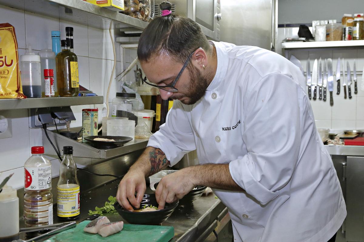 El chef José Kobos emplantando una de sus creaciones para el maridaje de cocina japones y jereces del restaurante Matritum, en Madrid.