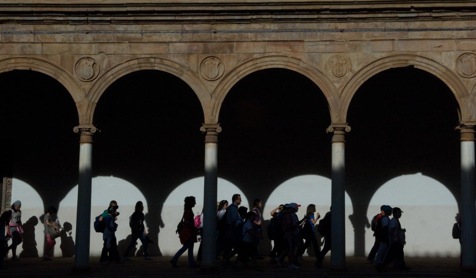 Una comitiva caminando entre arcos de luz. Foto: Manuel Ruiz Toribio.