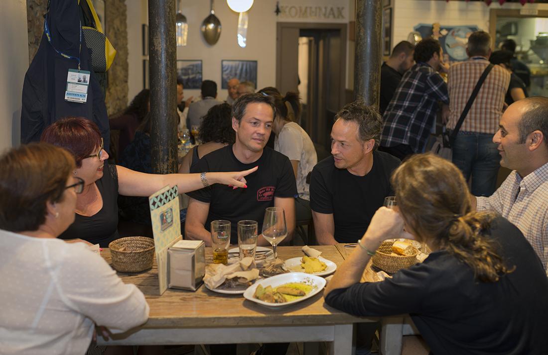 Los hermanos Torres disfrutando de la 'Bodega Donostiarra'.