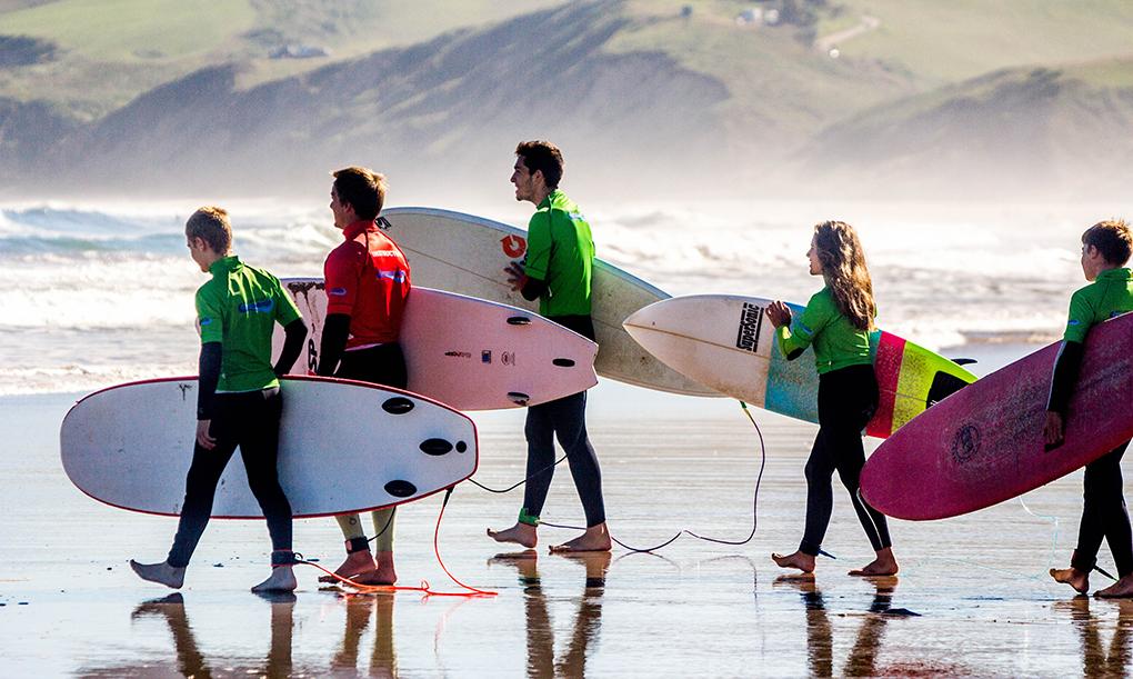 Una clase de surf de la Escuela Buena Onda en San Vicente de la Barquera. Foto: Buena Onda.