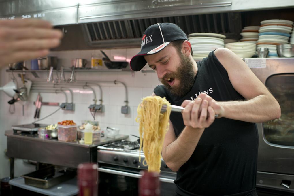 Txitxo, socio y cocinero, en pleno éxtasis preparando los tallarines.