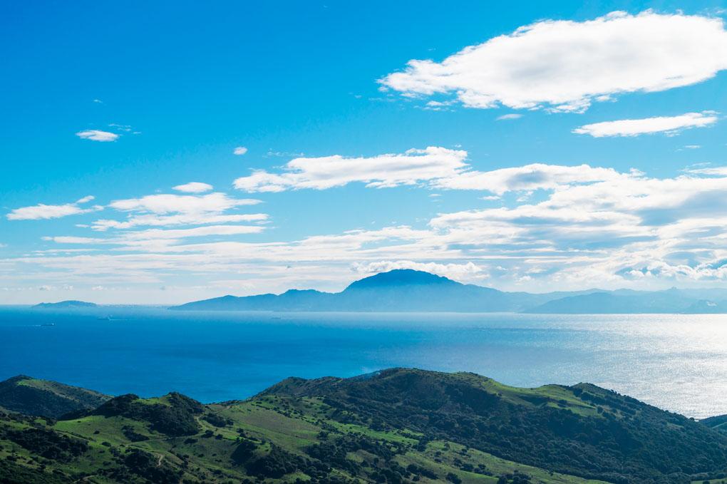 En días claros se ven la ciudad de Ceuta (a la izquierda) y la de Tánger (a la derecha). Foto: shutterstock.com