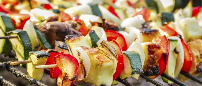 Es muy sencillo preparar unas brochetas de verduras.