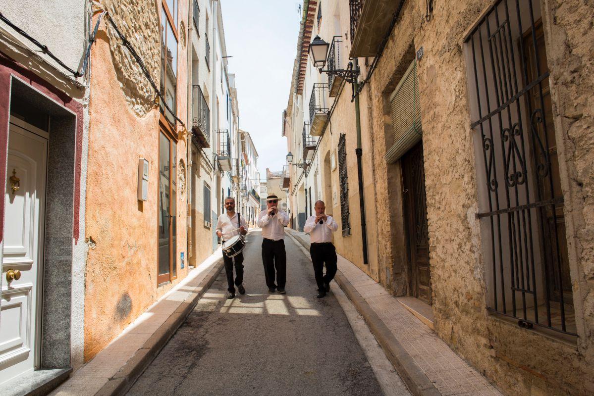 Músicos tocado por las calles de Alpatró, en el valle de la Gallinera, Valencia.