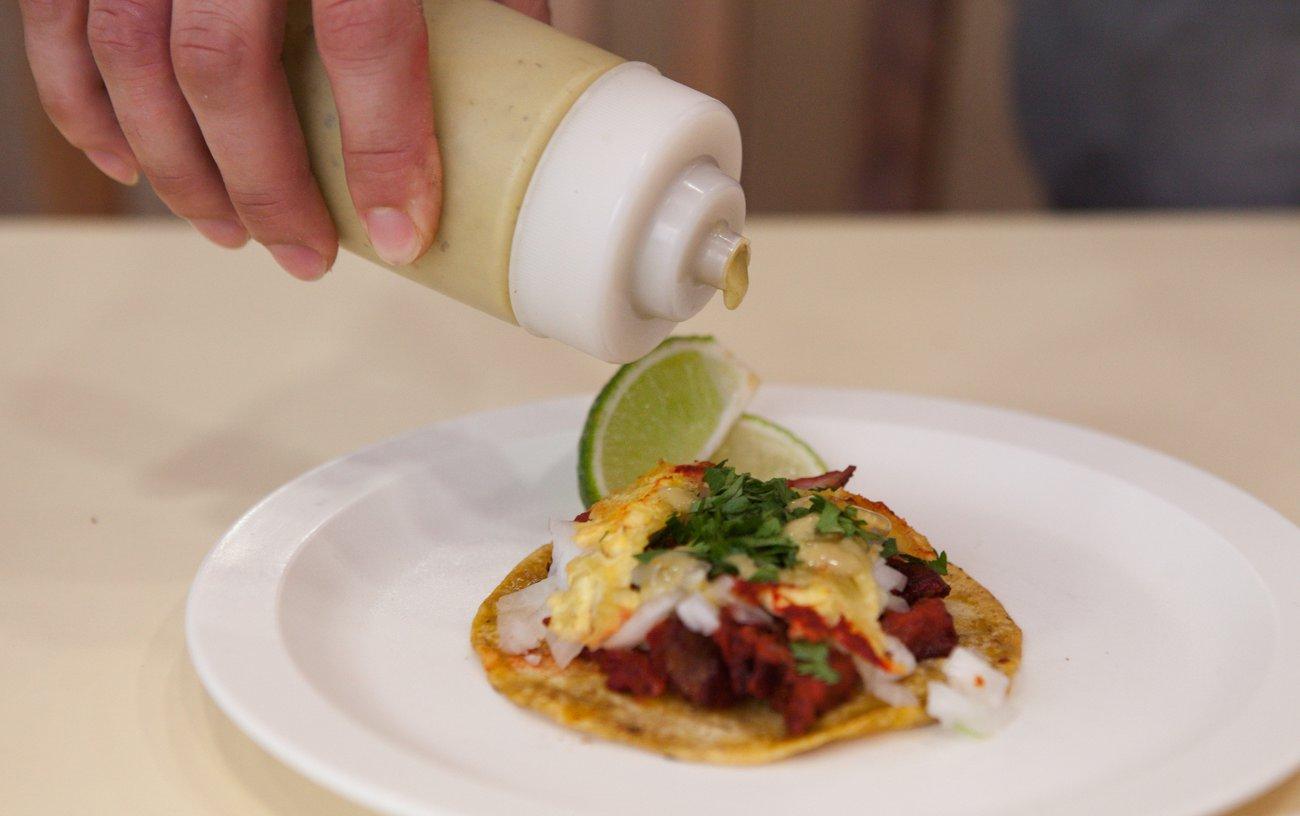 'Taquería Mi Ciudad': Taco Cochinita Pibil (preparado en achiote y con un toque de naranja agria, con chile habanero y cebolla morada)