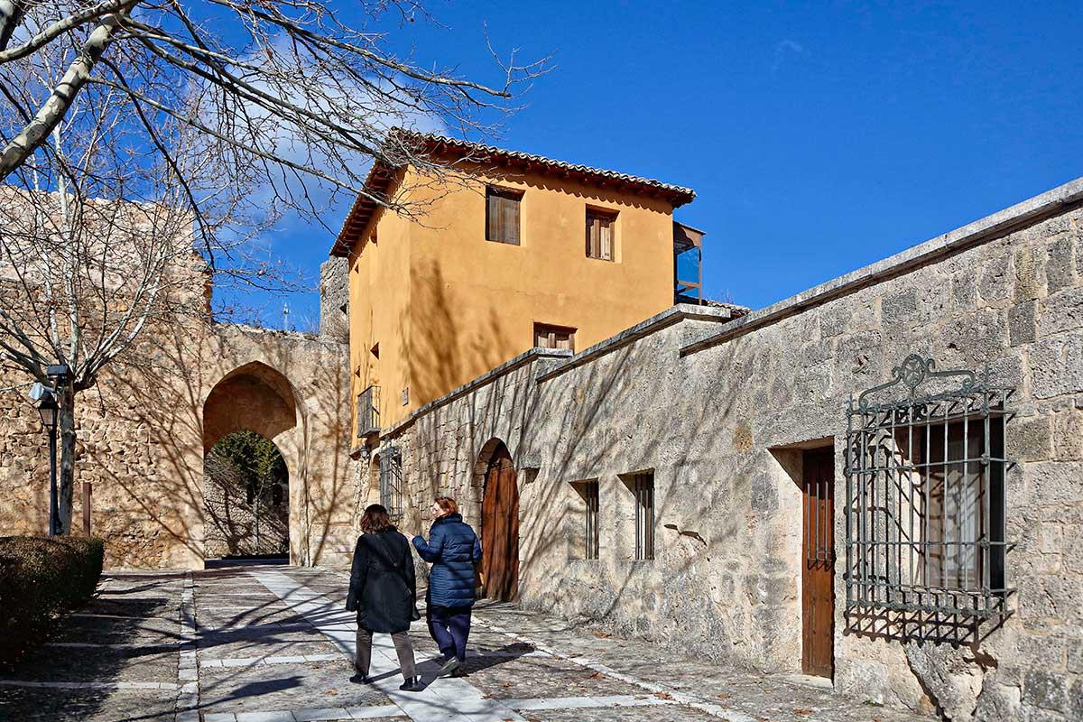 Calles empedradas y arcos dan paso a monumentos de otras épocas.