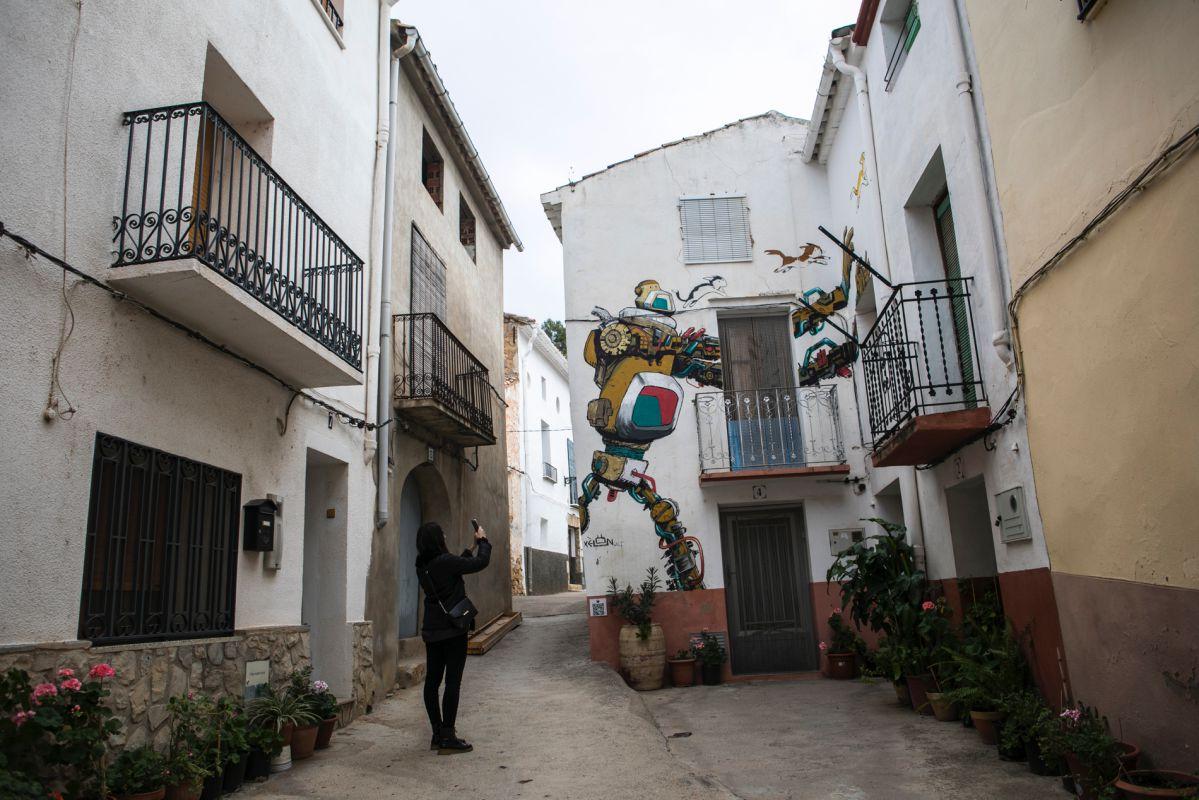 Sus calles son perfectas para capturar recuerdos. Esta chica se lleva a casa este robot de Xelon.