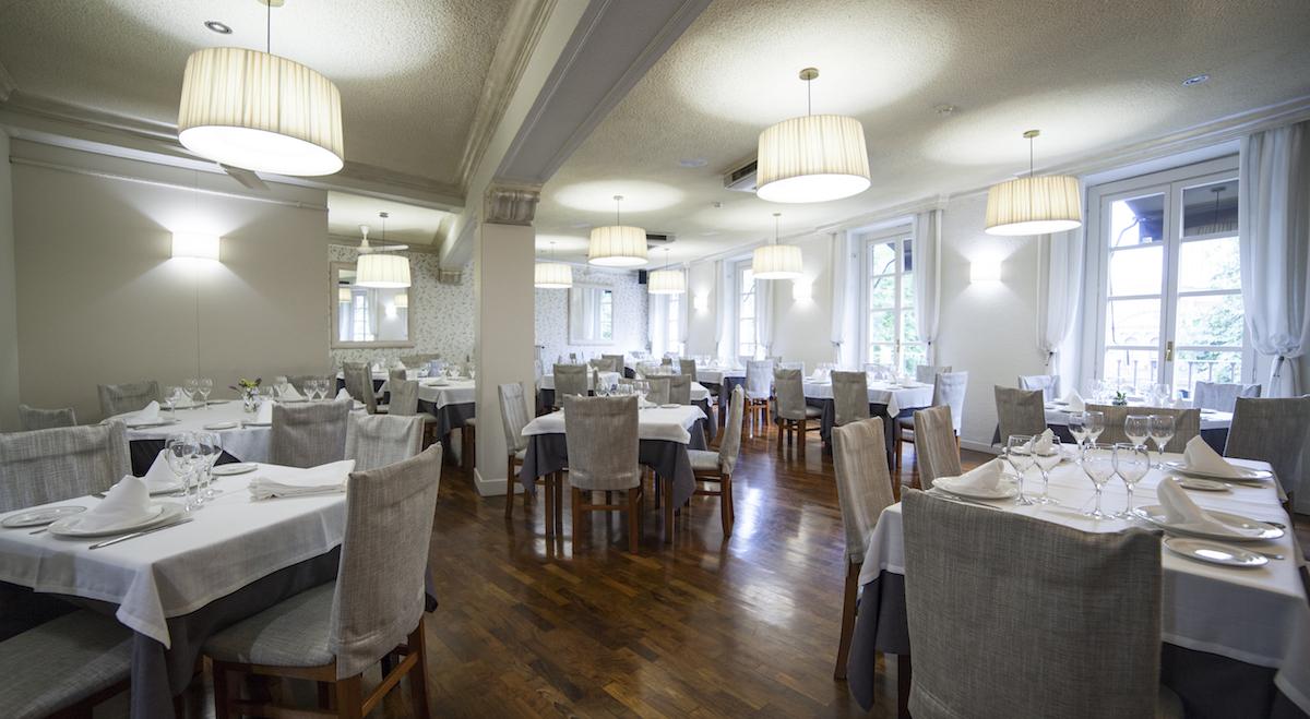 La luz natural y la artificial generan una atmósfera agradable en el salón principal.