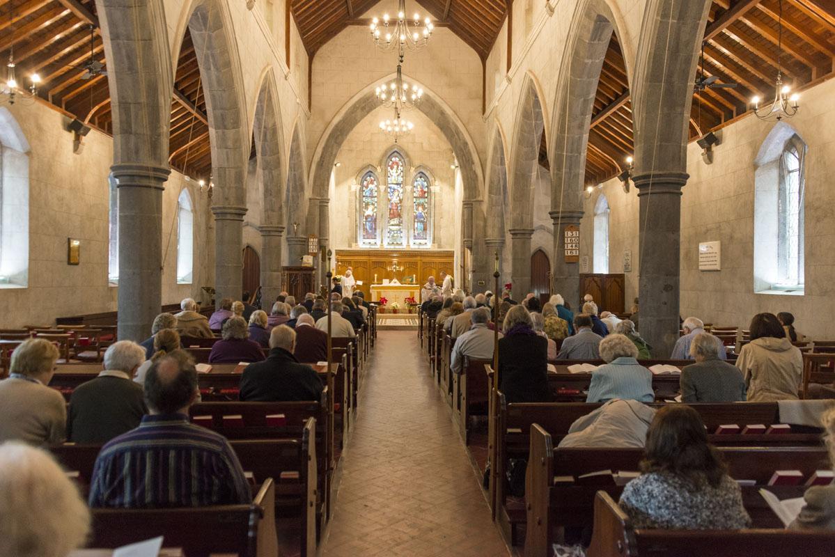 La iglesia es lugar de encuentro religioso y además a sus puertas se organiza un mercadillo.