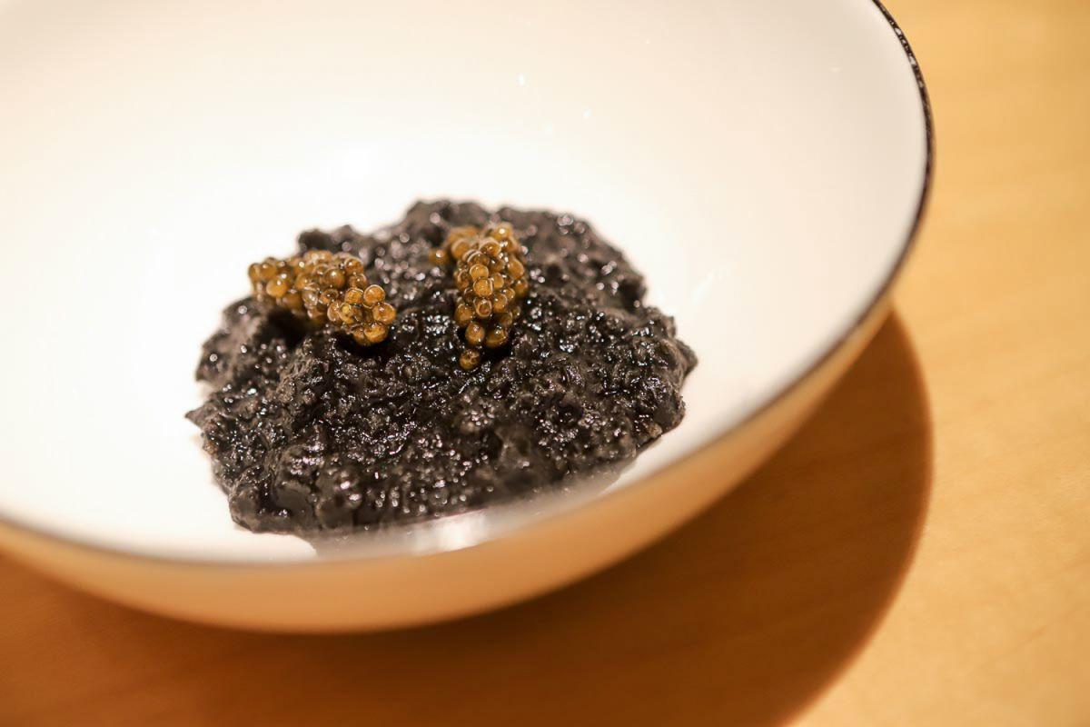 Plato de sopa de pan sopako, salsa negra y caviar del restaurante Nerua.