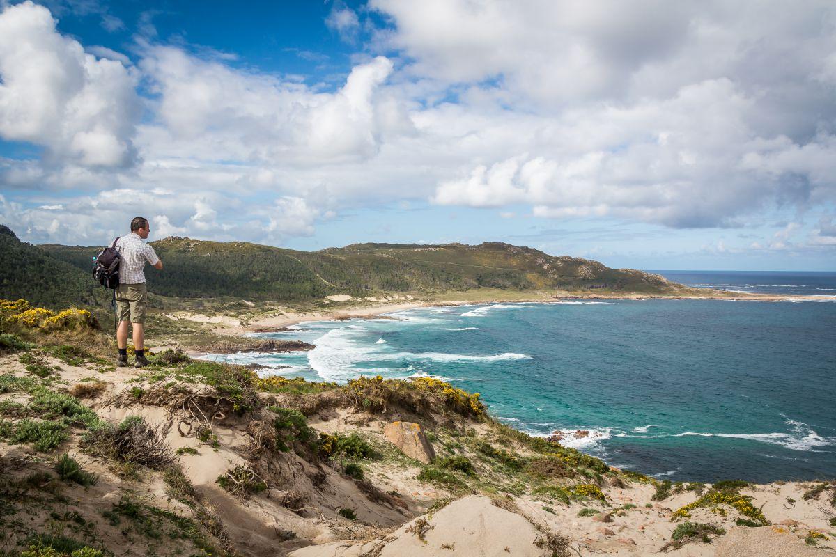 El sendero que recorre esta costa ofrece gratas postales. Foto: Shutterstock.