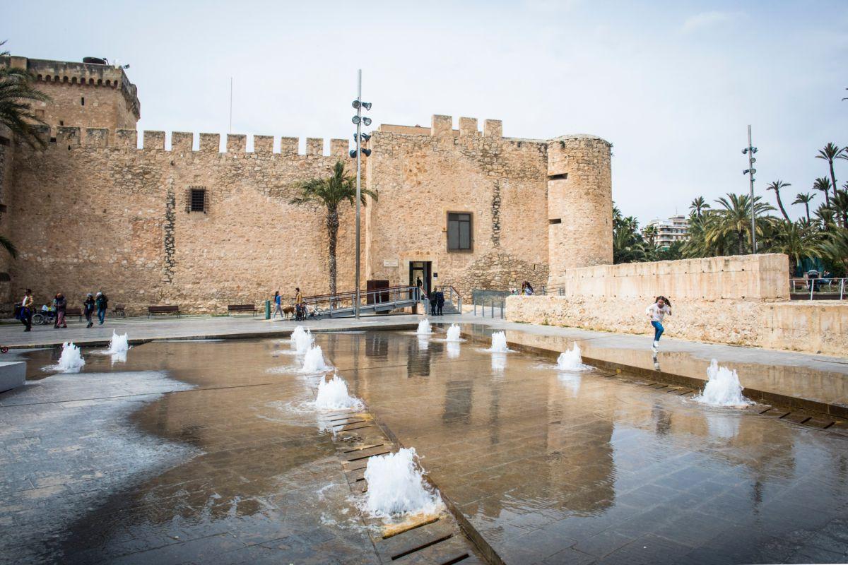 Una vista del Palacio de Altamira desde los chorros de agua de las fuentes que están delante de su fachada, en Elche (Alicante).