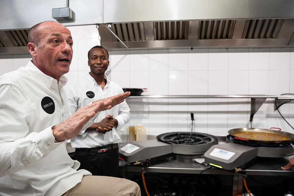 Sergi Escolà, del restaurante 'Casinet', cuenta las ventajas del aparato.