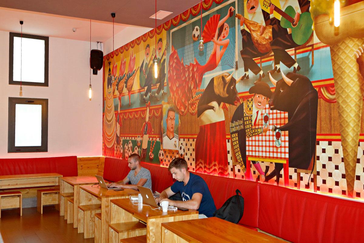 Los motivos folclóricos prevalecen en la zona del bar.
