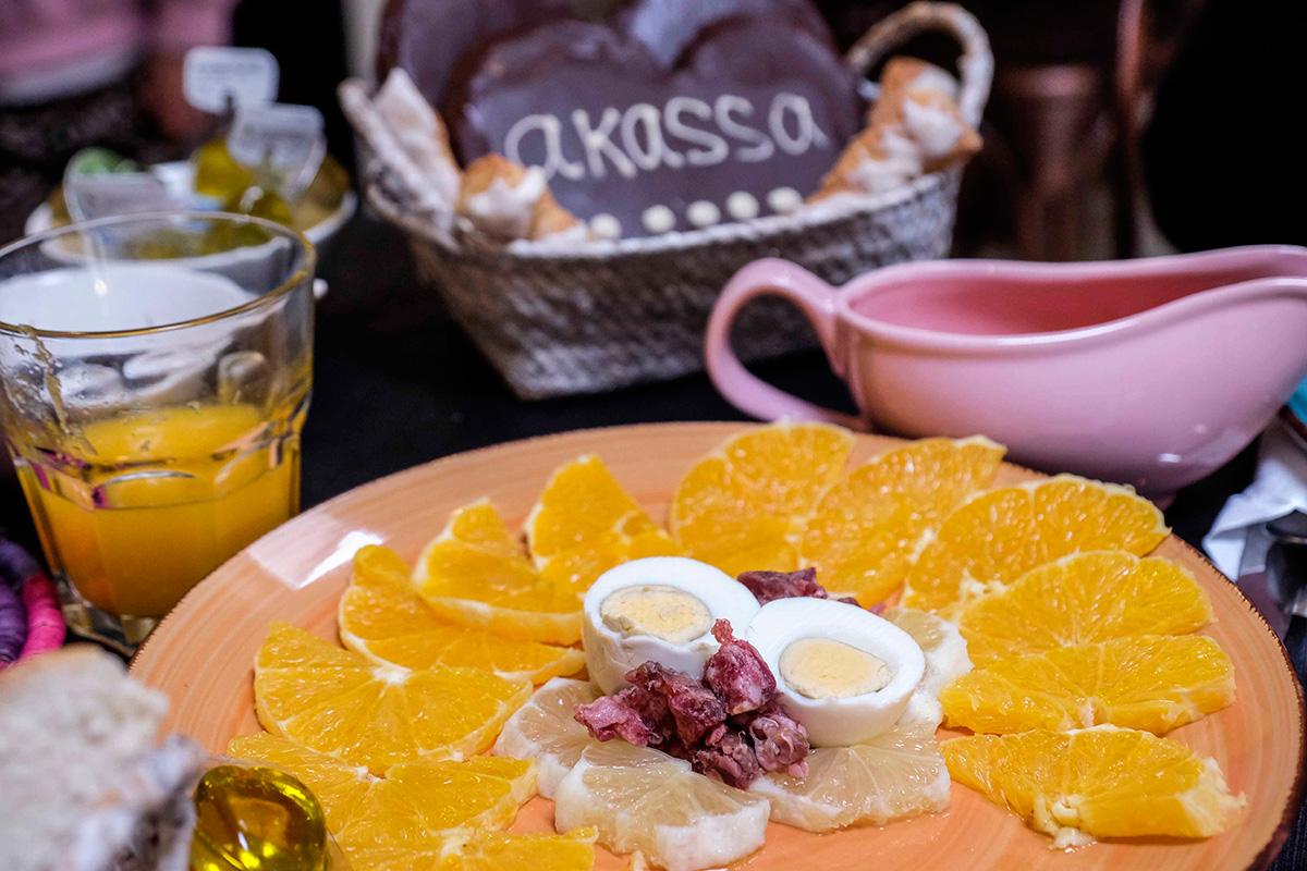 El desayuno típico hurdano incluye una ensalada de cítricos con huevos y embutido.