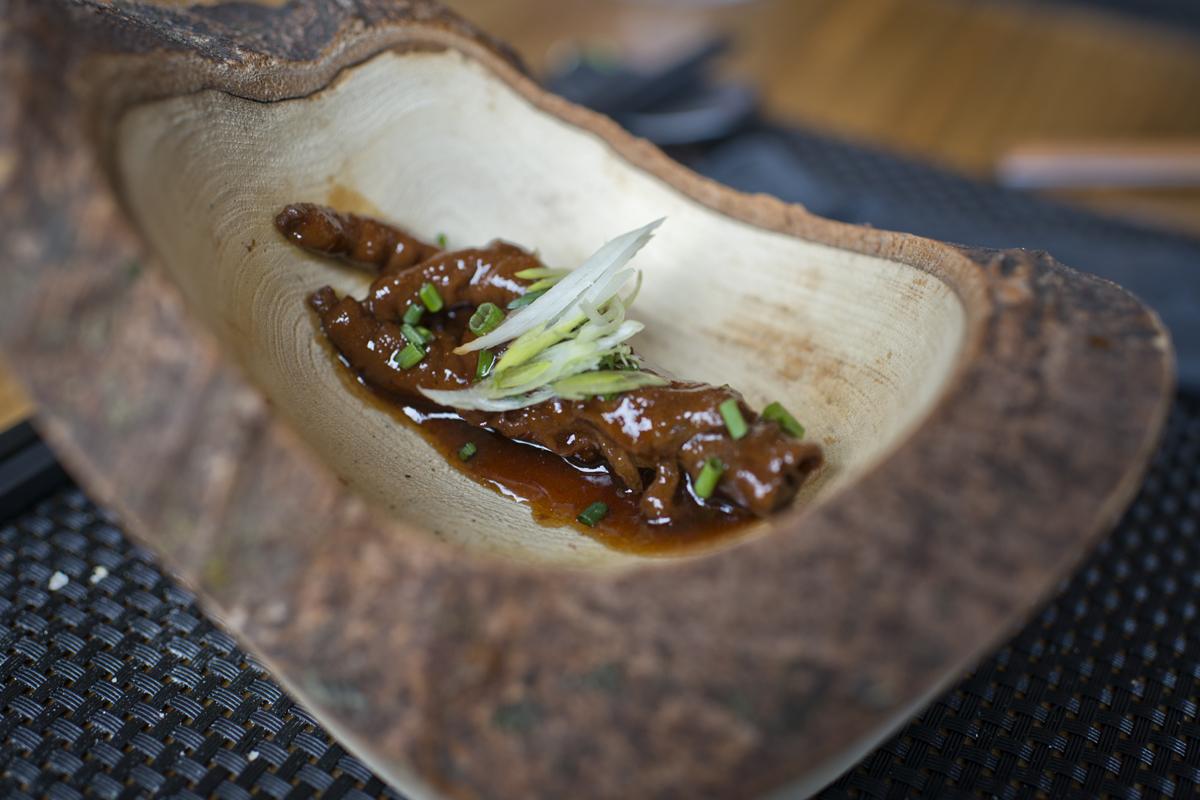 Manitas de pollo con una base de caldo tradicional y toque cantonés.