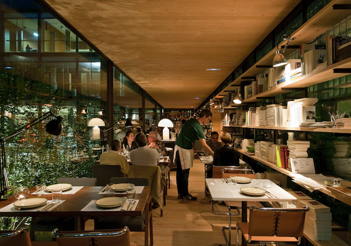 El placer de comer entre libros. Foto: Bosco de Locos - Facebook