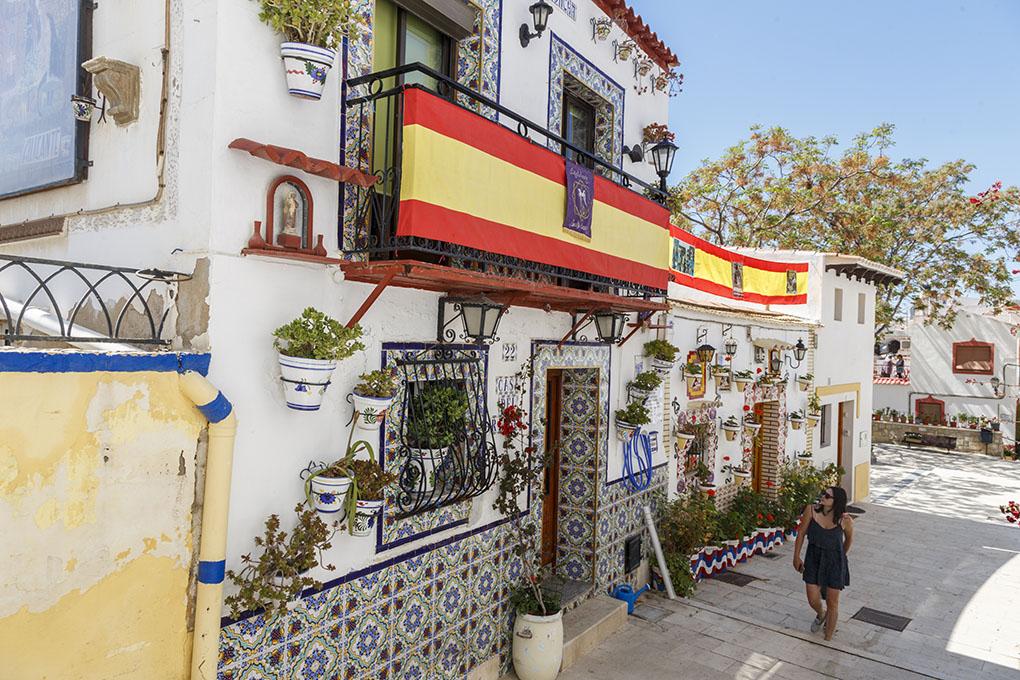 Las callejuelas del barrio de Santa Cruz, con sus características casas adornadas con flores y azulejos.