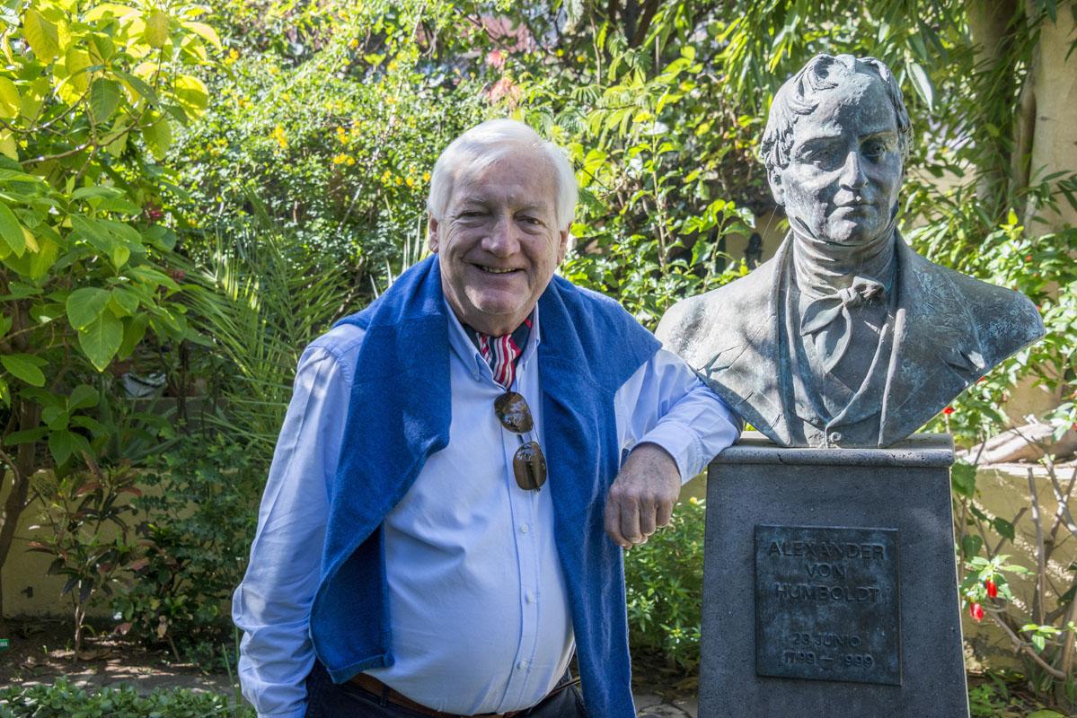 John Lucas, actual propietario de Sitio Litre, junto al busto de un ilustre visitante de estos jardines, Alexander Von Humboldt.