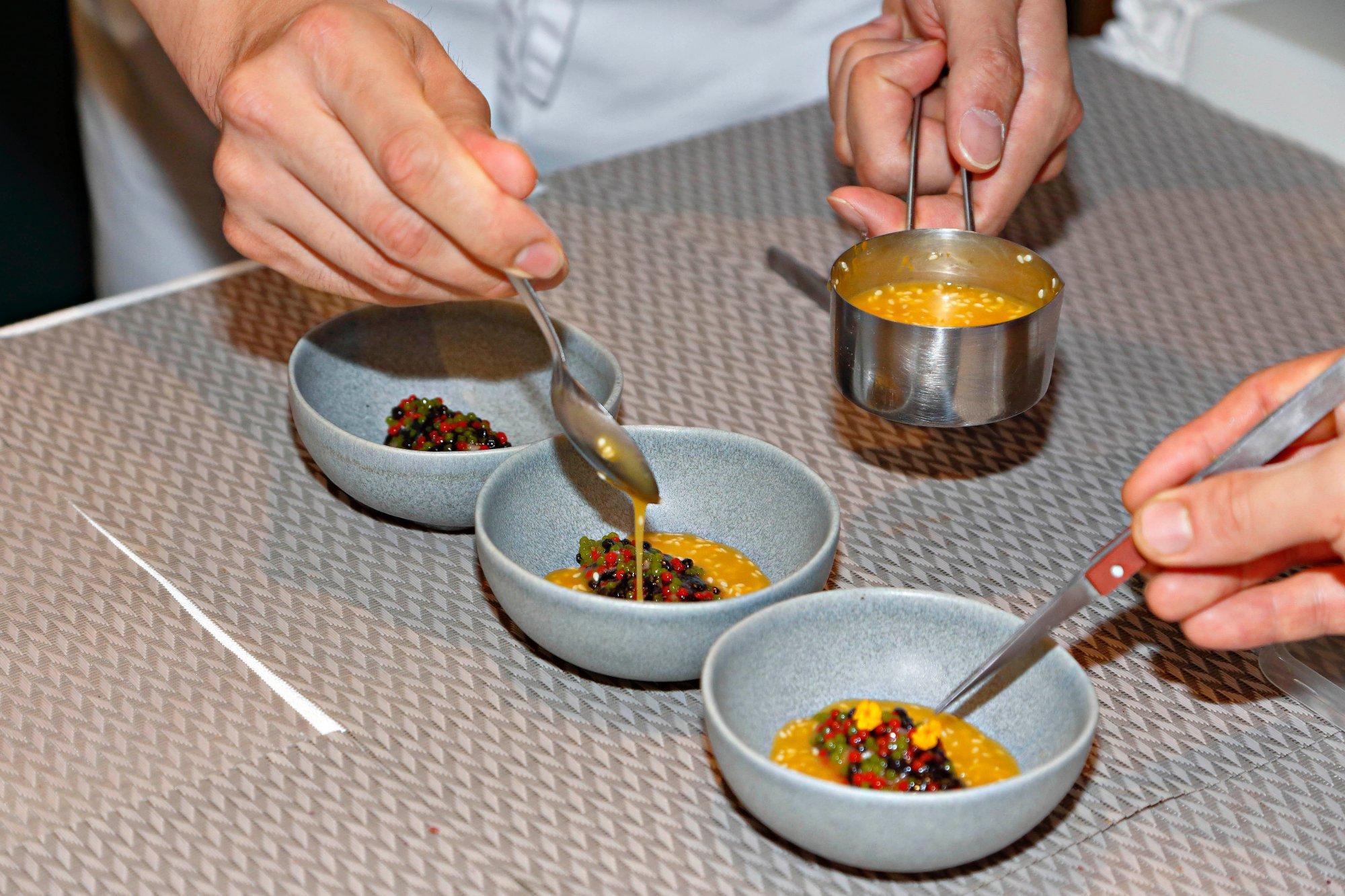 Tartar de ventresca de atún rojo con caviar picante y alga nori fermentada.