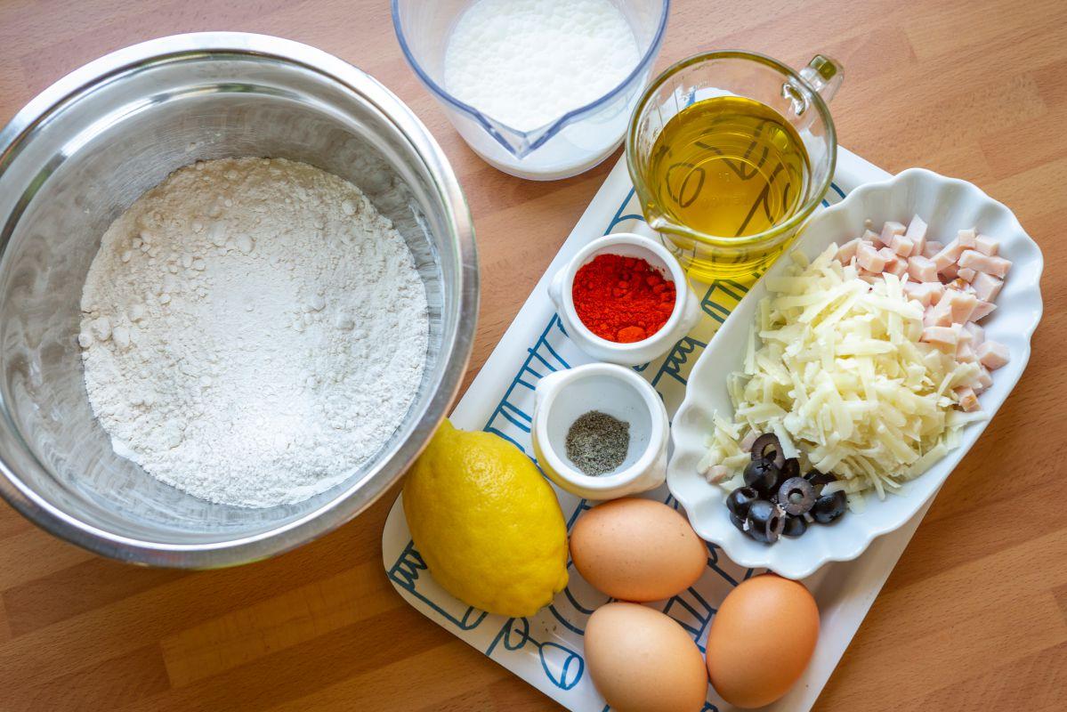 Ingredientes del bizcocho de fiambre, aceitunas, queso y pimentón.
