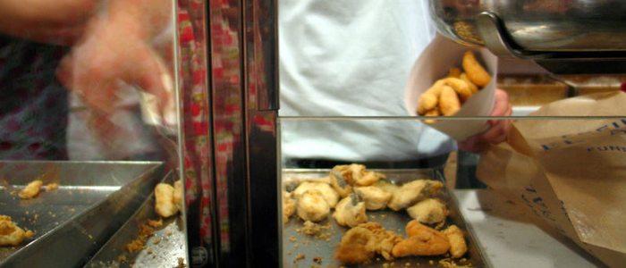 Preparando un cucurucho de pescaíto frito. Foto: Flick, Inthesitymad.