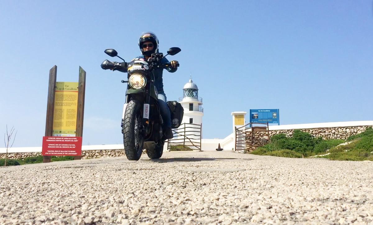 Rodando por la isla con el mar como compañero fiel. Foto: Alicia Sornosa.