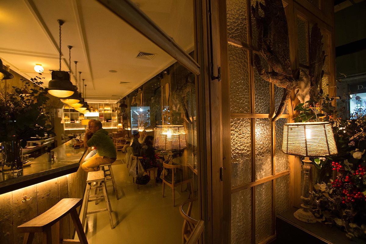 Ambiente del local, cuyo interior recuerda a una cabaña de madera.