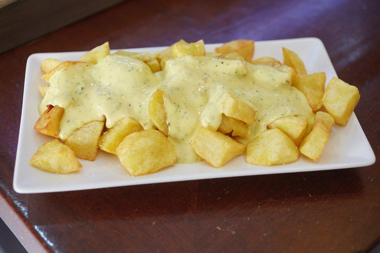 Restaurante 'Quattros'. Tapa: Patatas Bravas con salsa secreto de la casa